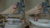 küvet musluğunu ayağı ile kapatan kız