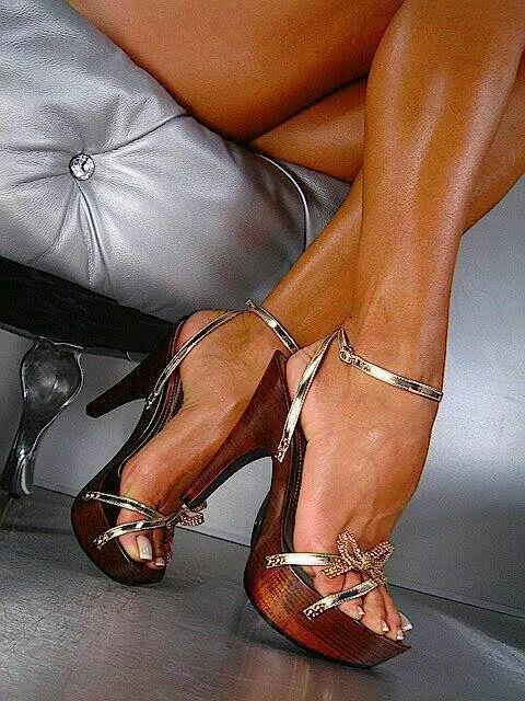 Stunning foot fetish babes are showing they feet on high heels  410656